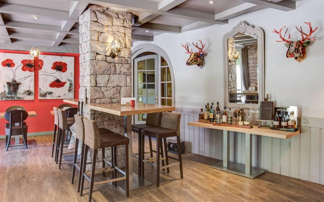 Modern bar, boutique hotel hautes-alpes, Les Bartavelles