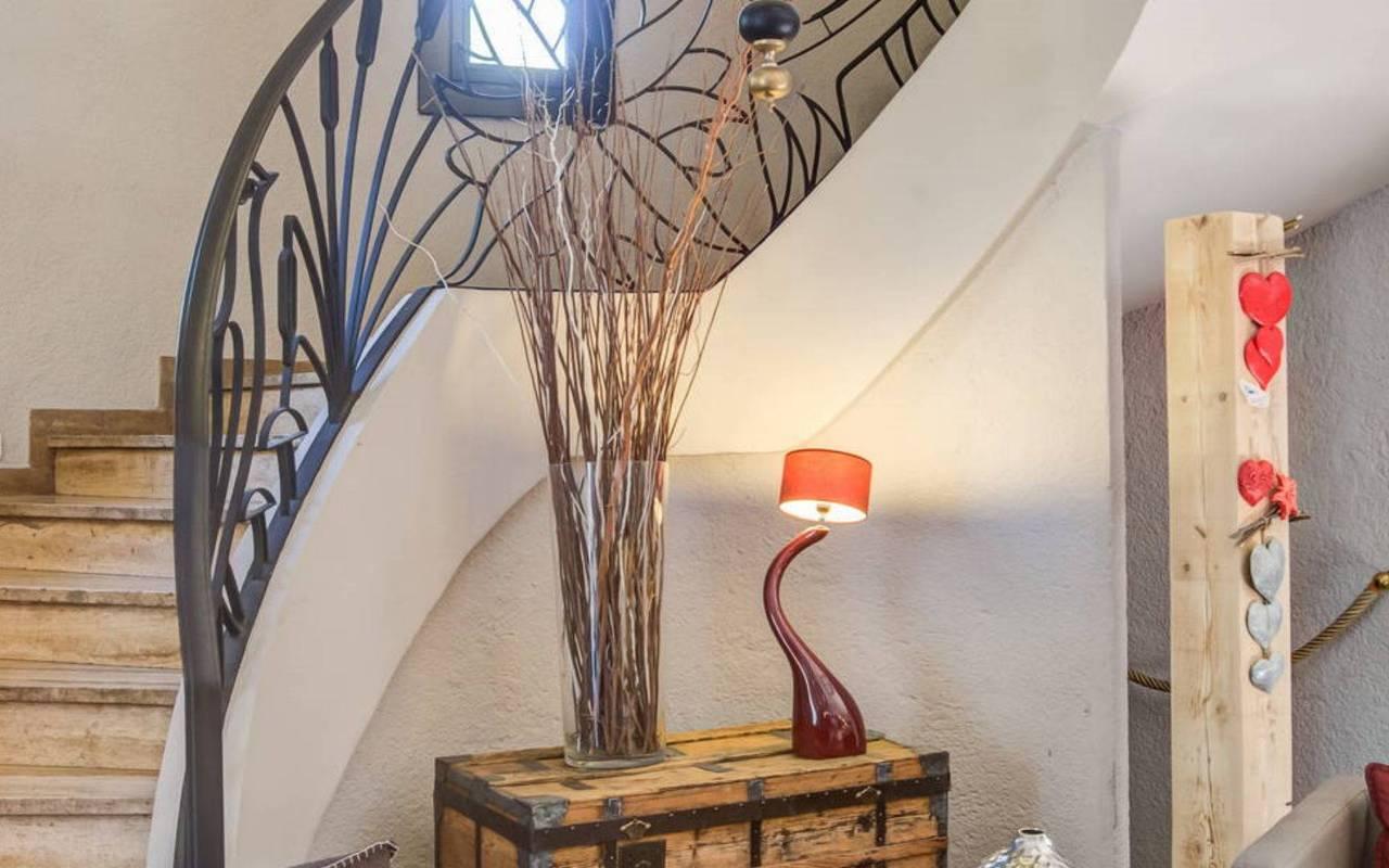 Escalier, hôtel Embrun Lac de Serre Ponçon, Les Bartavelles