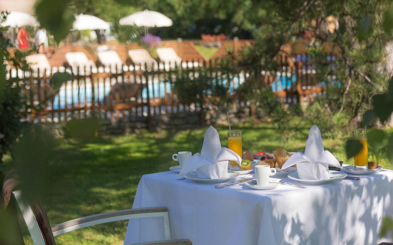 Déjeuner dans le jardin, restaurant bar Embrun Serre Ponçon, Les Bartavelles
