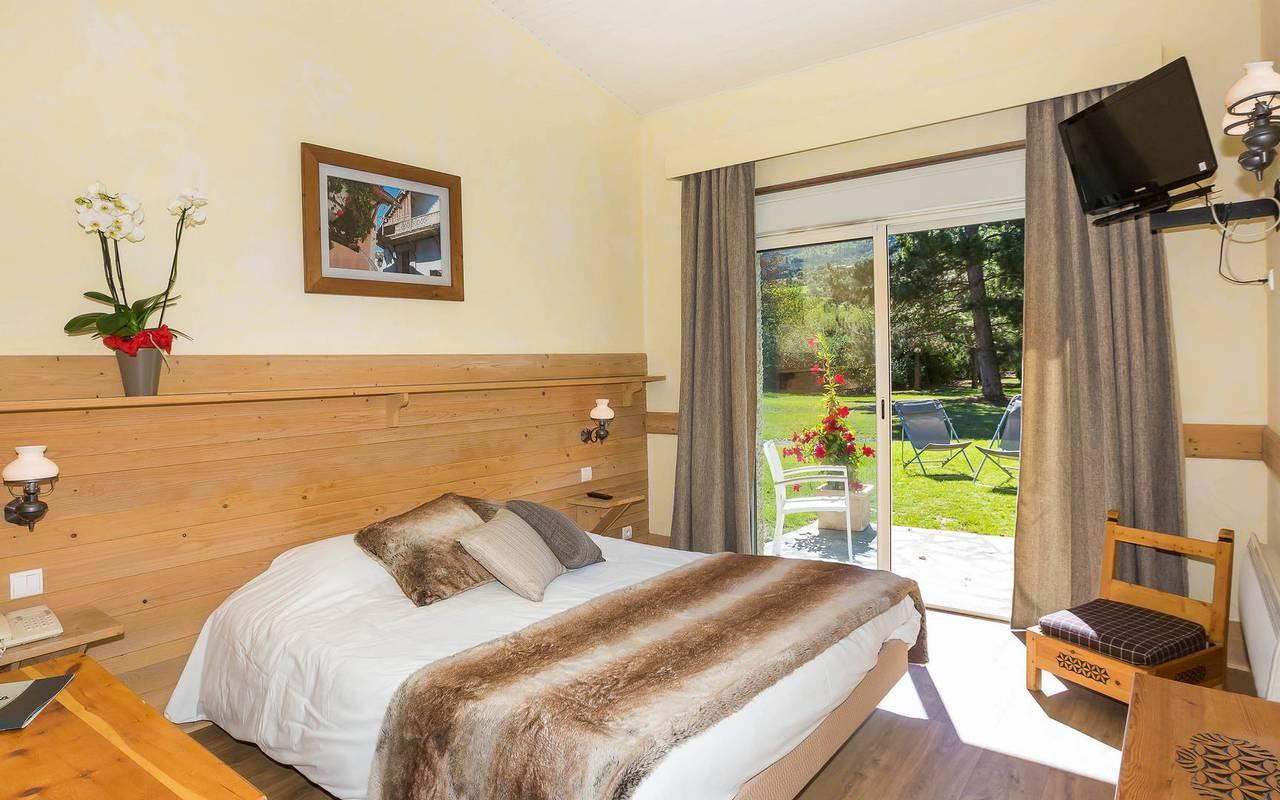 Chambre avec jardin, hôtel spa Hautes-Alpes, Les Bartavelles