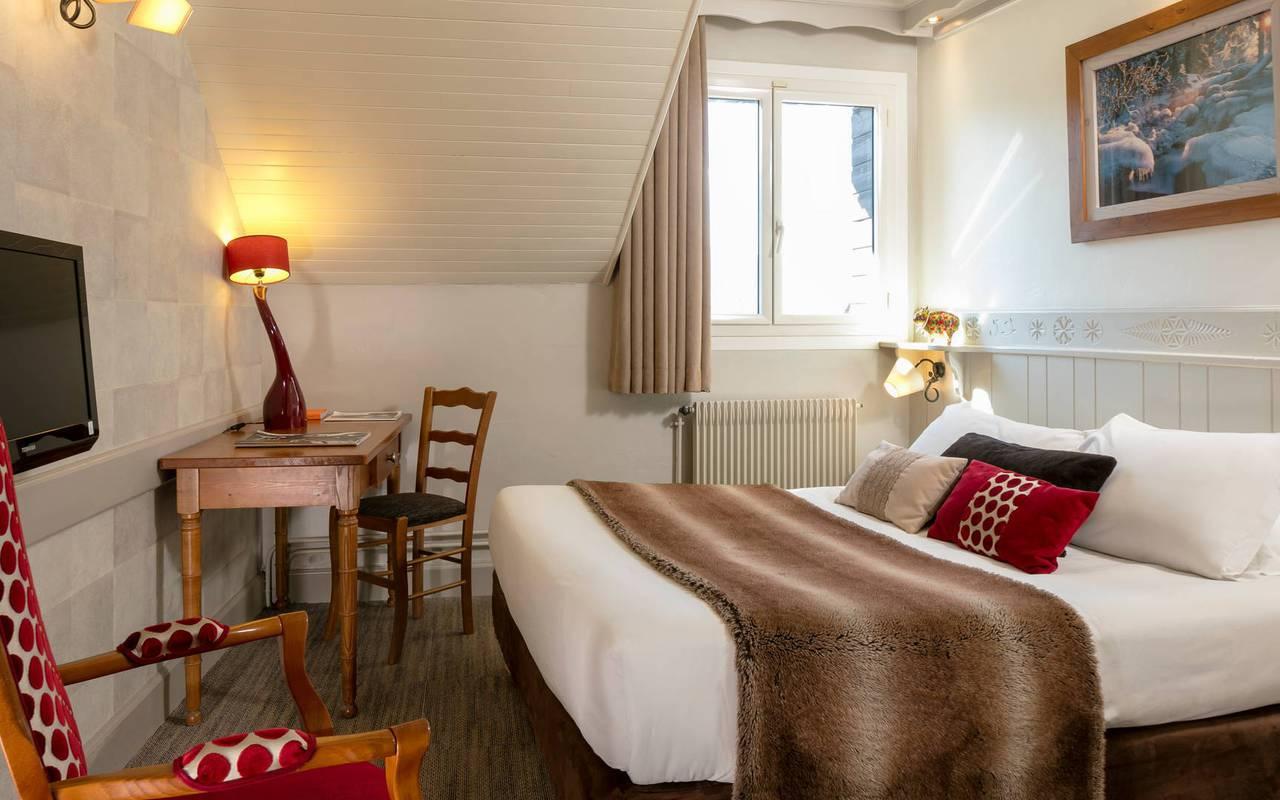 Chambre chaleureuse, hôtel spa Hautes-Alpes, Les Bartavelles