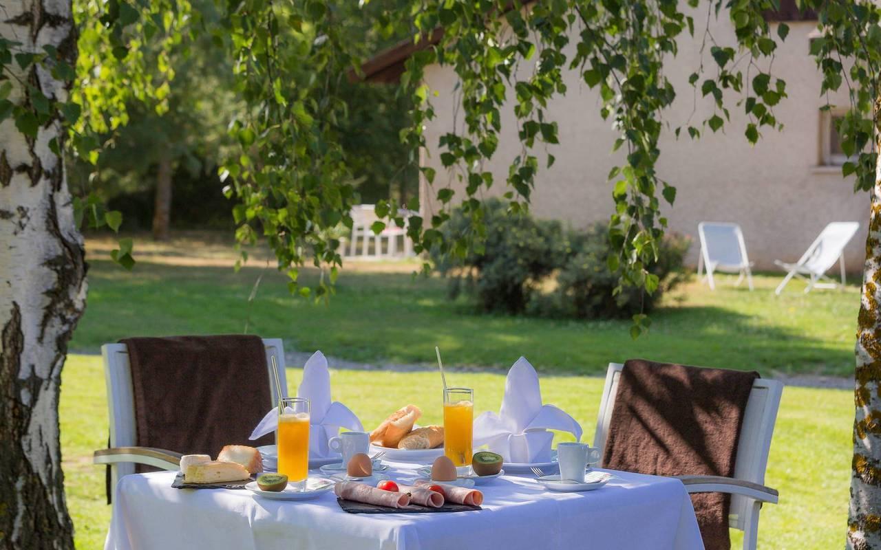 Petit-déjeuner en extérieur, hôtel spa Hautes-Alpes, Les Bartavelles