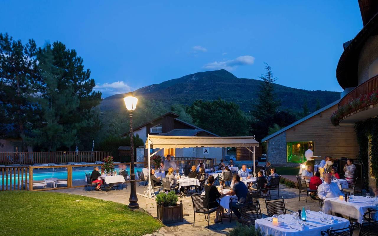 Dîner au bord de la piscine, hôtel de charme hautes-alpes, Les Bartavelles