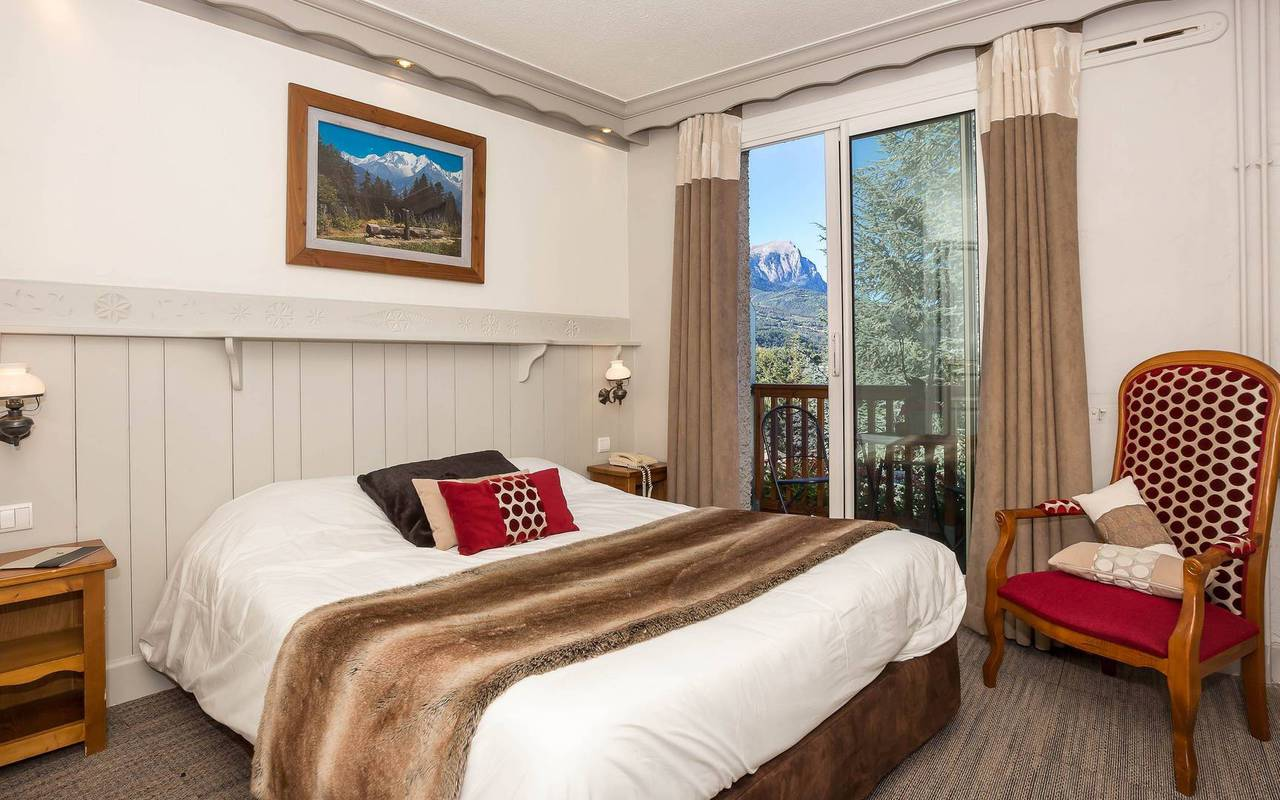 Chambre typique, hôtel de charme hautes-alpes, Les Bartavelles