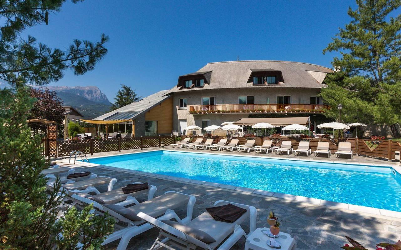 Piscine ombragée, hôtel de charme hautes-alpes, Les Bartavelles