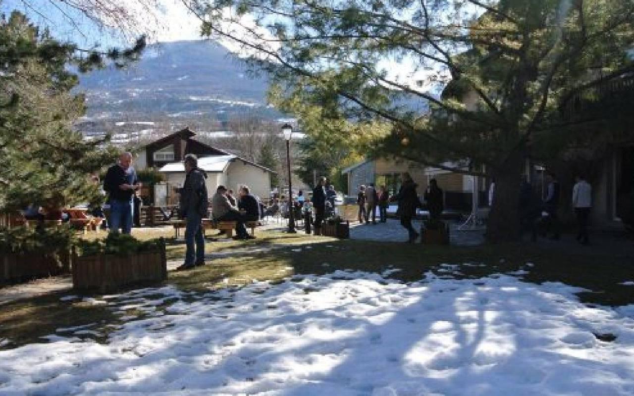 Des personnes dans un jardin, hôtel spa Hautes-Alpes, Les Bartavelles