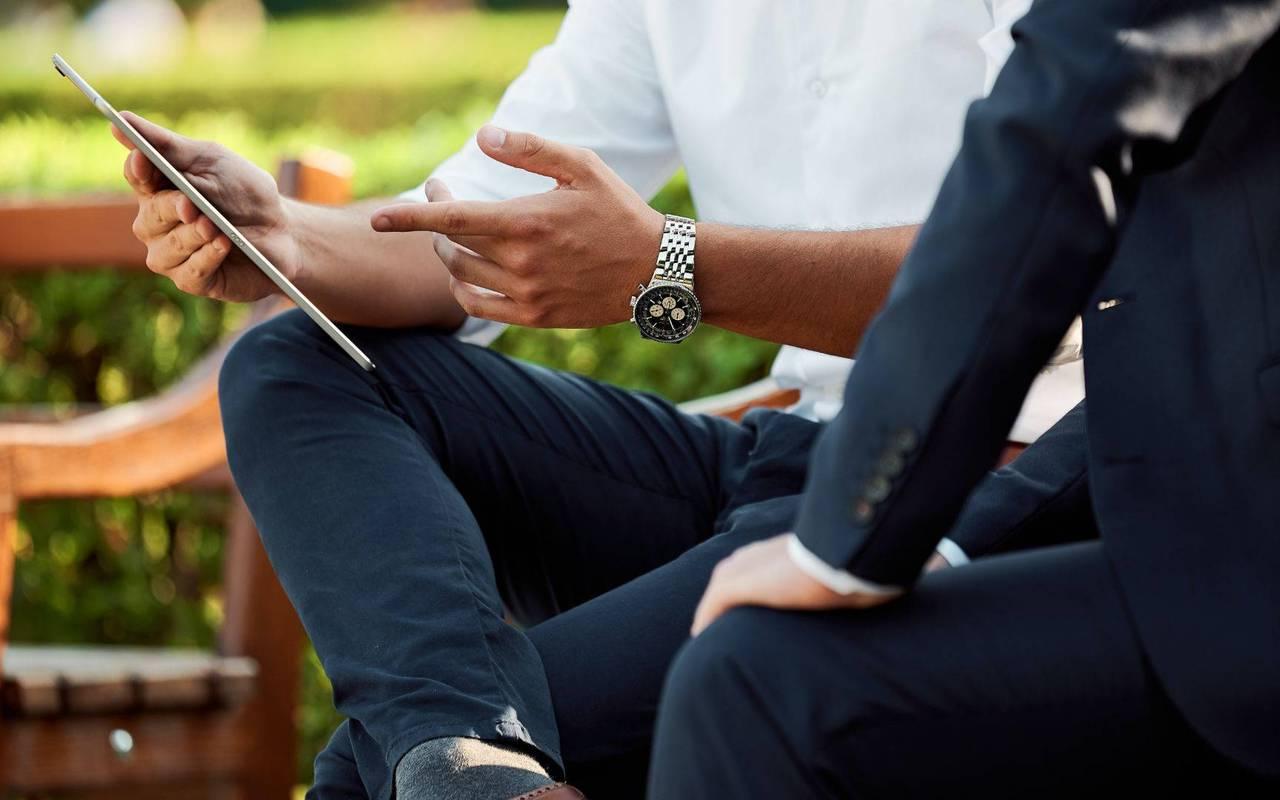 Homme tenant une tablette, séminaire mariage PACA, Les Bartavelles
