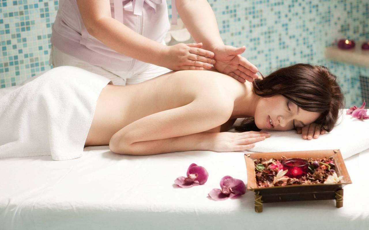 Femme qui se fait masser, spa embrun hautes-alpes, Les Bartavelles